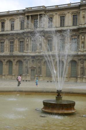 Photo Tours of Paris : Fountain at the Louvre