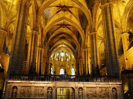 La seu barcelona interior picture of barcelona for Catedral de barcelona interior