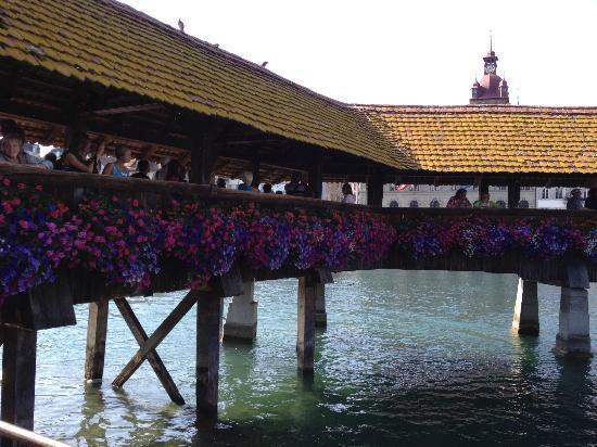 Chapel Bridge (Kapellbrucke): Pont en bois et tour d'eau