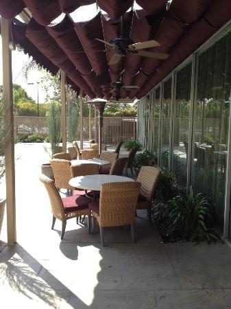 Sheraton Pleasanton Hotel: Comfortable outside areas to relax and work