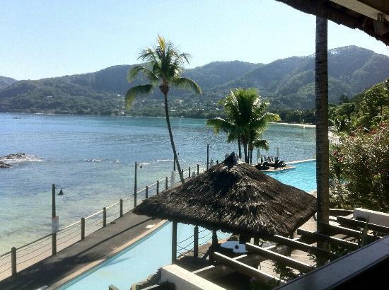 Le Meridien Fisherman's Cove: piscina e mare antistante l'hotel 