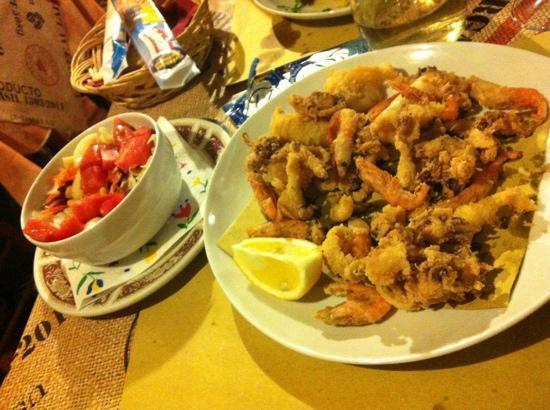 Locanda Fra Diavolo: fritto di calamari e gamberetti con contorno di insalata mista
