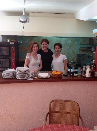 Vanjaka B&B: Liljana in het midden en haar team : geweldig ontbijt