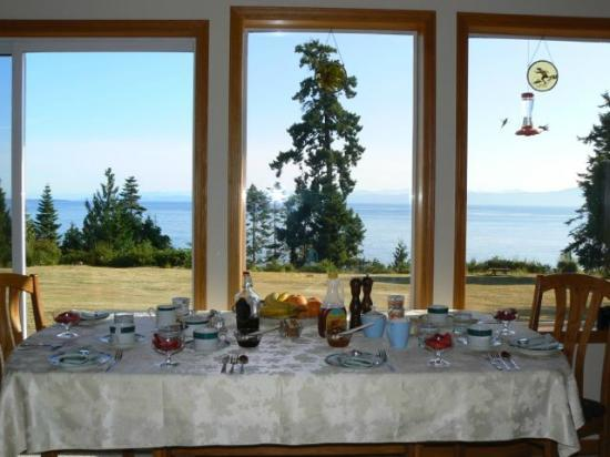 Eagle Landing Bed and Breakfast: Breakfast with a view