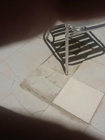Apartments Fayna: Broken tiles 1
