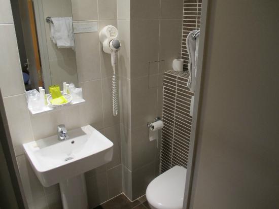 Hotel du Printemps: Bom espaço no banheiro