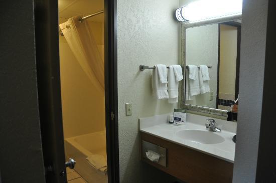 AmericInn Hotel & Suites Dickinson: Badezimmer