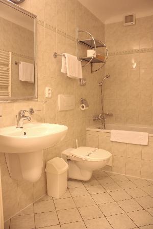 Hotel Pod Vezi: Pod Věží Depandance - bathroom with bathtub