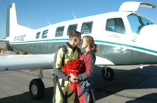 Vegas Extreme Skydiving Skydive Wedding A Quick Kiss Before Getting In The Plane