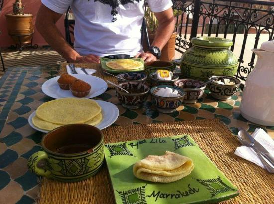 Riad Lila: En la foto faltan el pan, tostadas, cafe, la leche y los zumos