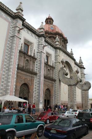 Iglesia de Santa Rosa de Viterbo: Fachada marcada por los contrafuertes.