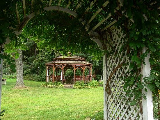 Plantation Bed and Breakfast: Gazebo as viewed from arbor