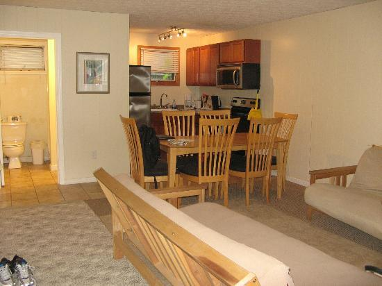 Beach Villa Motel & Cottages: Dining room and living room with 2 futons