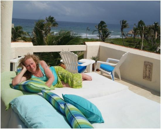 Casa Amor Del Sol: Rooftop 360 view w/lounge beds, jacuzzi, and a zillion stars at night!