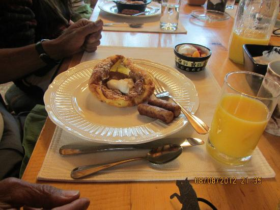 Howlers Inn Bed & Breakfast and Wolf Sanctuary: apple pancake souffle
