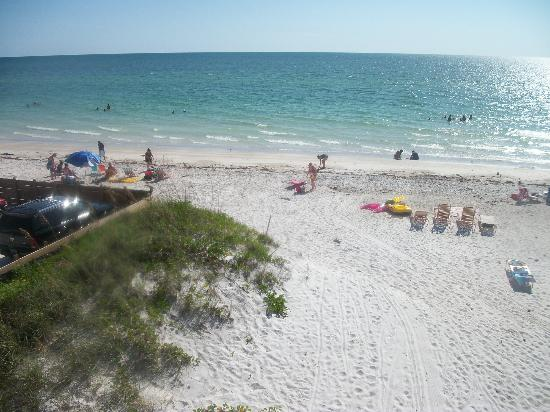 Anna Maria Island Dream Inn: This is looking out our sliding door from our room.