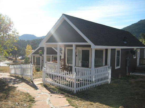 River Rock Cottages: Great porch to enjoy the beautiful weather