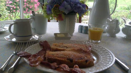 ‪‪Meadow Gardens Bed and Breakfast‬: Delicious breakfast (cinnamon raisin french toast, bacon, freshly squeezed OJ, coffee, and peach‬