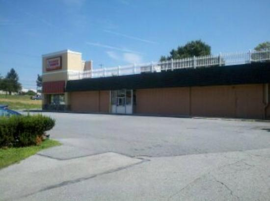 Wyndham Garden Glen Mills Wilmington: dunkin donuts drive-thru/parking lot by pool