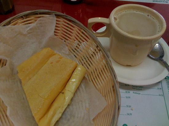 Las Colinas Restaurant: Cafe con leche with warm bread