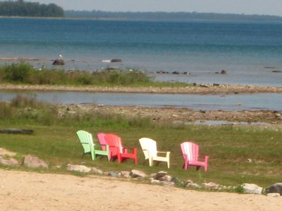 Breakers Resort - Lakeside: Comfort Inn Beachside, chairs by the lake