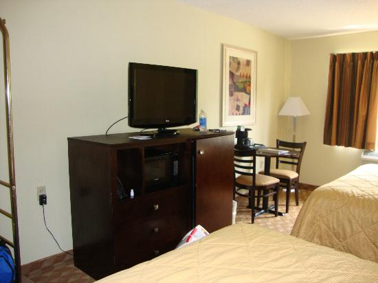 Quality Inn: Flat screen TV, microwave, fridge, coffeemaker