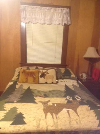 Durrwood Creekside Lodge B&B: Bed/Wall