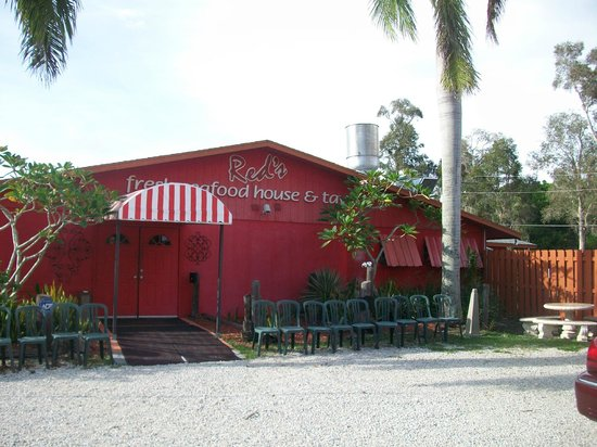 Red's Fresh Seafood House & Tavern: Front entrance to Red's