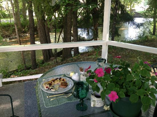 Crystal River Inn B&B, LLC: Breakfast at the gazebo.