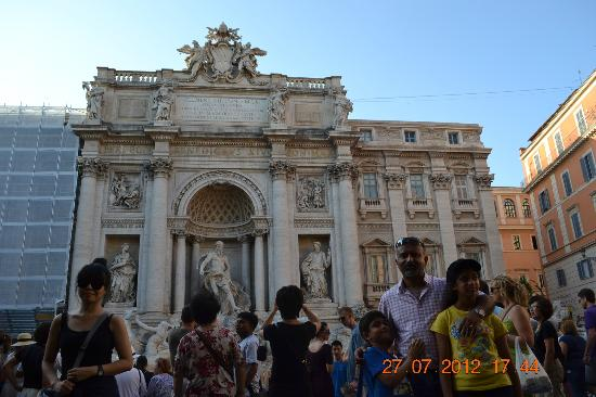 Rome Illuminated Guided Tours : Flipping coins @ Trevi Fountain