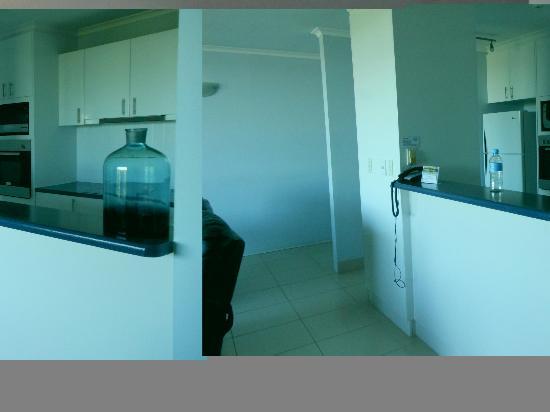 Kirribilli Apartments: kitchen and entry