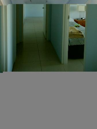 Kirribilli Apartments: hallway leading to the bedrooms