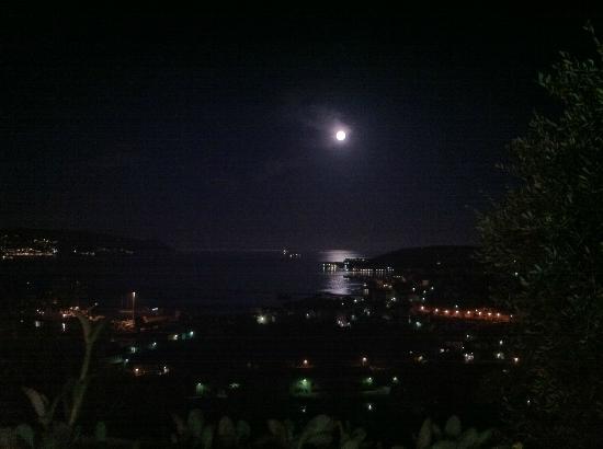 vista dalla terrazza: la luna si specchia nel golfo di La Spezia ...