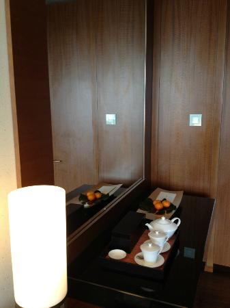 Mandarin Oriental, Tokyo: the mirror was opposite to the bed, very scary...