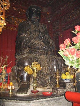 Quan Thanh Temple: Temple Quan Thanh statue bronze noir