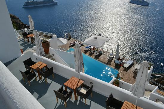 Athina Luxury Suites: Pool and terrace