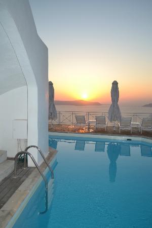 Athina Luxury Suites: Pool at sunset