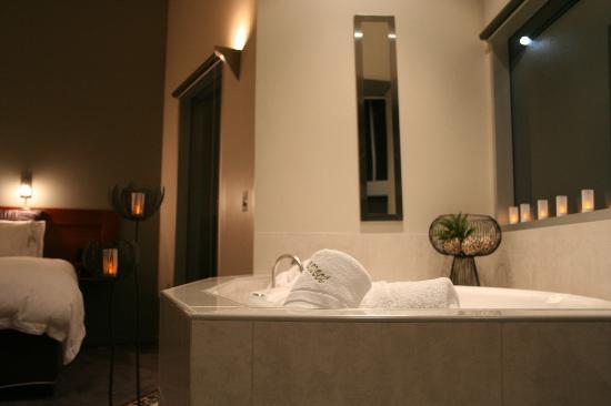 Aspect Villas: Huge spa with bubbles
