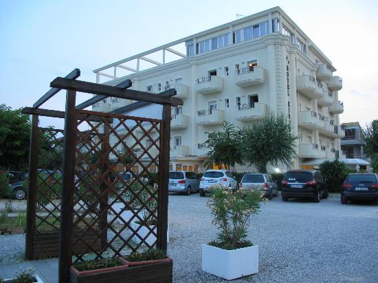 Hotel Riviera: A due passi dall'entrata della spiaggia