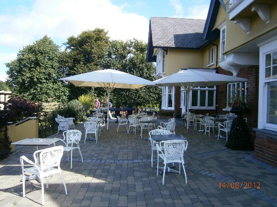Randles Hotel: Patio area at the fron of the hotel