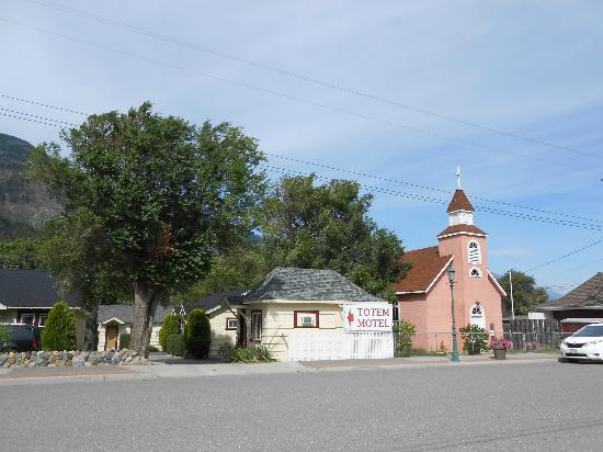 Totem Motel : Motel and church