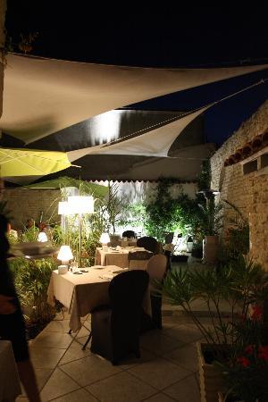 Les Jardins d'Aliénor : Le patio la nuit