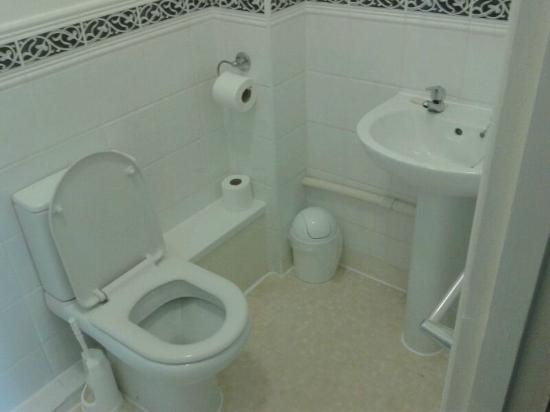 Waters Edge Hotel: Bathroom