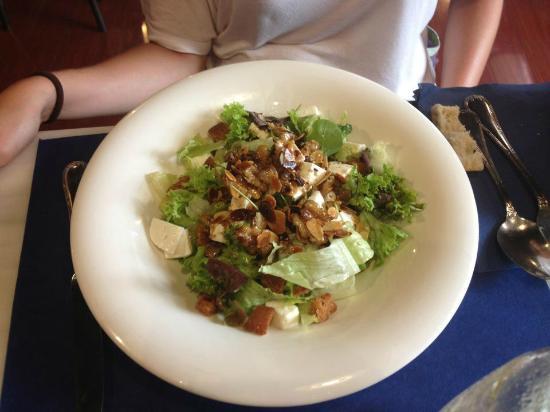 Rodrigo Cafe : Ensalada de verdes, queso de cabra y vinagreta de almendras