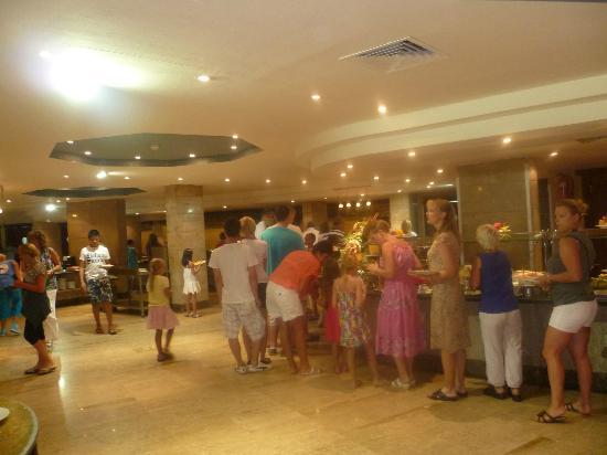 Titanic Resort & Aqua Park : Photo 5 - file d attente pour des frites au restaurant..tout au fond le graal !
