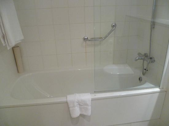 Clarion Hotel Cork: Shower/tub combo