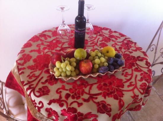 Old City Inn: fresh fruit and wine in our room