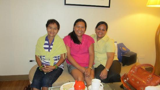 The Pinnacle Hotel and Suites: mama fina, me and ate lor at my room