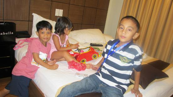 The Pinnacle Hotel and Suites: kids playing at our bed