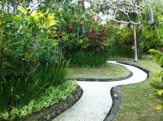 بوري دايوما كوتيجيز بيتش إيكو ريزورت: hotel grounds 